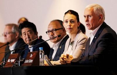 彭斯(右一)与阿德恩(右二)凭借供电协议对巴布亚新畿内亚有利。