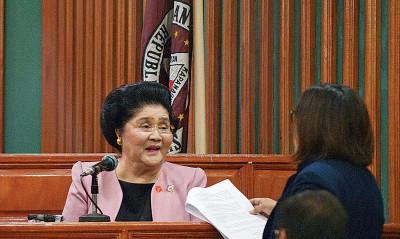 菲律宾独裁者马科斯遗孀伊美黛(左)周五于反贪腐法庭申请上诉并得到认可为15万干裂索保释。