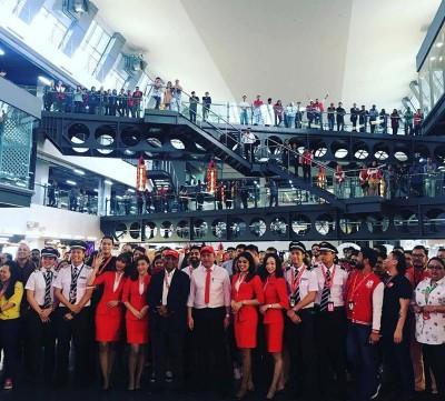 陆兆福与东尼费南德斯(中)出席亚航总部的数码机场控制中心推介礼。