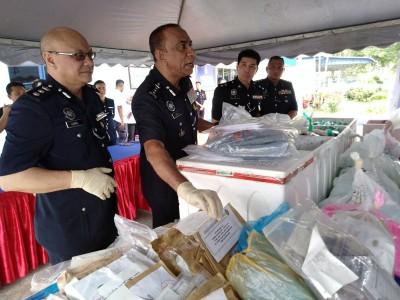 莫哈末卡里尔(左2)展示将销毁的毒品。
