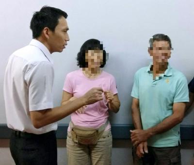 欧阳捍华到医院探望货卡冲撞路边摊事件的伤者,并与其亲友交谈。
