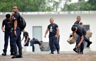 警员捡起堆积地面的垃圾。