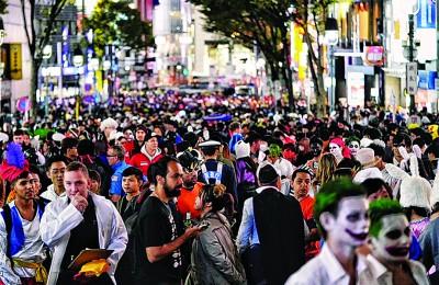 涉谷街头不少口打扮得古灵精怪迎万圣节。