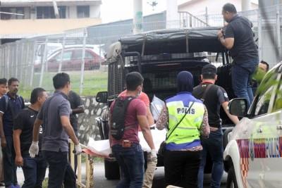 警方人员把两具遗体逃离,以载往解剖。
