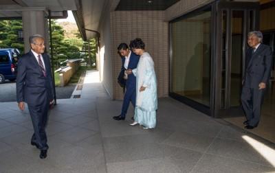 马哈迪(左)同妻子茜蒂哈斯玛受邀到皇居与日本明仁皇帝(右)一齐进午餐。