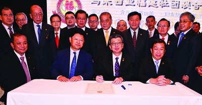 监誓人邱财加(坐者左起)、白天及签证人林福山在陈国伟见证下,签署宣誓委任状。