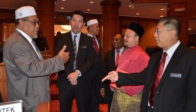 朝野议员在议会开始前交流,左起莫哈末依沙,黄思敏行政议员,莫哈末阿然及陈国耀行政议员。