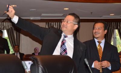 林桂亿州议员与阿兹曼行政议员在议会开始前自拍。