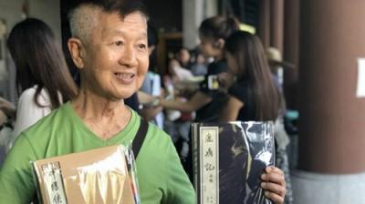 """大宗金庸迷在香港文化博物馆""""金钱庸馆""""他排队,吊唁已故小说家查良镛。"""