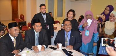 吉打州议会反对党领袖沙努西(右坐者)向媒体发言。