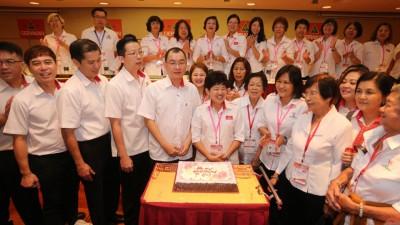 民政党青年团及妇女组为11月份生日的谢顺海(左5起)及陈莲花庆生。左4为陈庆亮。
