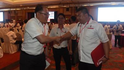 黄伟益(左)成功捍卫,吴俊强则无法打入州委会。