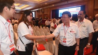 再度蝉联州主席职的曹观友(右2)与党员们握手致意。