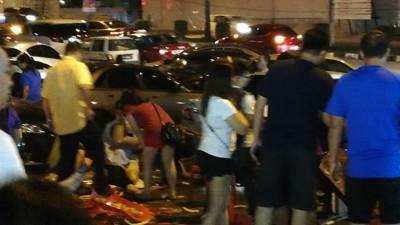 车祸发生后餐馆外凌乱不堪。