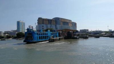 槟岛乘搭渡轮前来槟城中环广场视角。