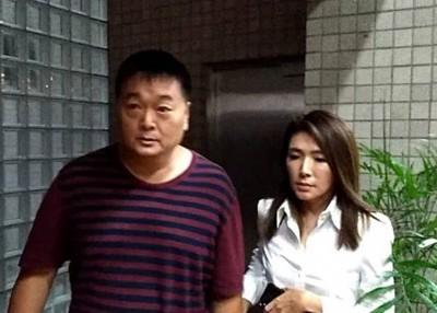 吴铭赐(左)交保后去法院。