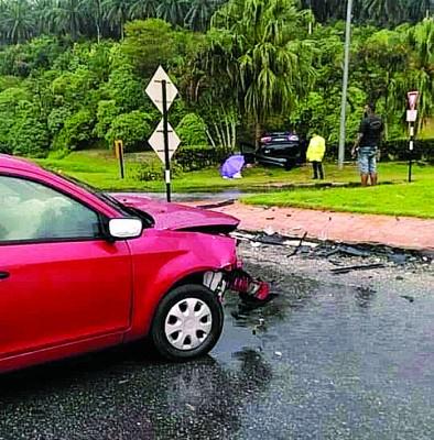 两部轿车在路口发生碰撞,造成2尸3命。