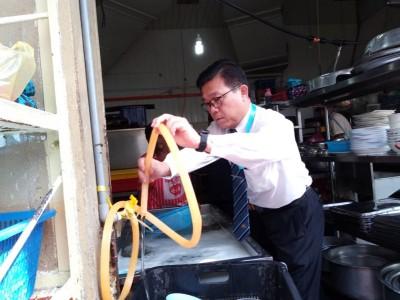 王勇元将水管挂好,避免将洗碗盆内的肥皂泡沫喷洒至洗好的碗碟上。
