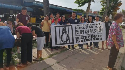 马青亚罗士打区团联合区会妇女组在新邦瓜拉巴刹,联办反废死签名活动获热烈支持。
