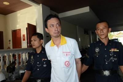 被告林鸿安被警方押至推事庭时,全程冷静面对媒体,也没躲避媒体镜头。