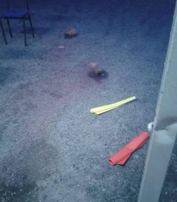 不明人士将疑是猪肉的肉块和两张马尼拉卡丢入祈祷室范围。(图片取自脸书Melaka Daily专页)