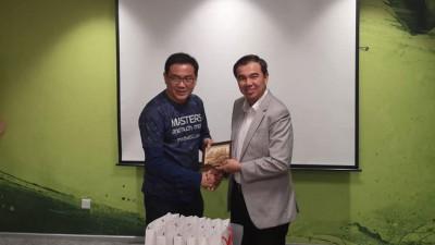 孙意志(右)今年10月份到新加坡考察运动场所,并拜访新加坡体育理事会属下ActiveSG司长赖振光。