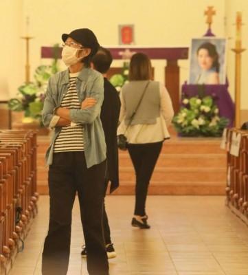 蓝洁瑛姐姐穿牛仔外套在教堂打点。