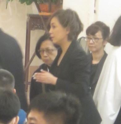 蓝洁瑛生前好姐妹邓萃雯一身黑衣现身。