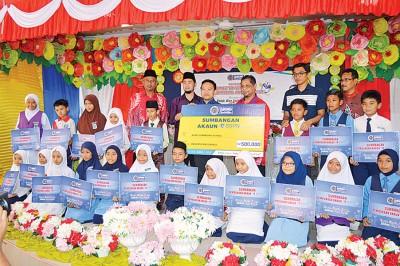 旺赛夫(后排左3)颁发500万令吉国民教育储蓄基金(SSPN)给玻州1000名学生。