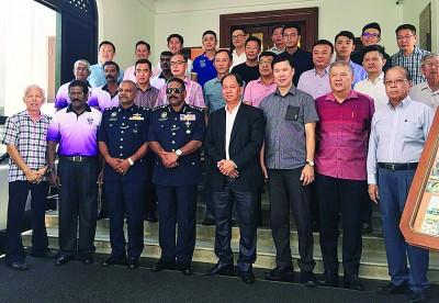 槟威摩托汽车商暨银业公会成员在迎接槟州总警长达威甘的前来时一同合照留影。