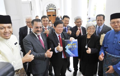 曹观友(左3)提呈2019年槟州财政预算案。左起为槟州行政议员阿菲夫、佳日星、章瑛、槟州秘书法力占等众行政议员陪同。
