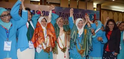 哈妮查(左3)、达罗雅(左5)当选新届妇女组主席及署理主席,与祖莱达(左4)等人拉手高举欢呼。