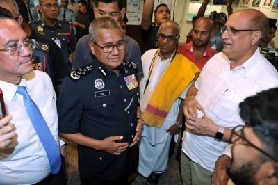 弗兹(左2)周二探访受伤的消拯员与警员。
