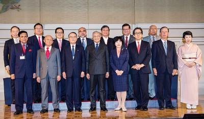 马哈迪同日本外务副大臣阿部俊子(右四)当与第36至日本─马来西亚经济协会会议与大马商业论坛时,同广大出席者合影。