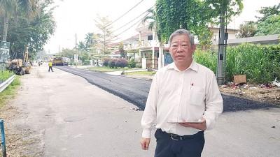 政府经已进行铺路工程,陈宗兴巡视工程进行。