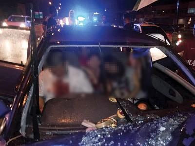 载有一家四口的轿车与休旅车发生碰撞,司机丧命,妻儿身受轻重伤。