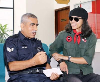 法米惹扎在等候办理缴付罚款手续时心情相当愉快,并与庭警有说有笑。