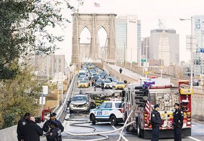 布鲁克林大桥发生4车连环相撞意外。