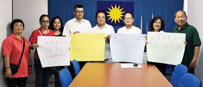 魏木荣率领党员召开记者会,表达对财长林冠英拒绝拨款予拉大的不满及愤怒。