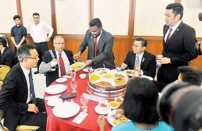 第二副首长拉玛沙米(左2)右手骨折,只好由峇眼达南州议员沙迪斯(中)代劳盛饭。左起玛章武莫州议员李凯伦、光大州议员郑来兴和爪夷州议员方美铼。