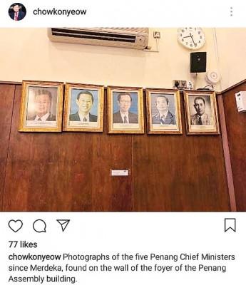 曹观友在槟议会大厦大厅中发现张挂的独立后历任槟州首长照片,将照片摄下后,发帖至社交媒体。