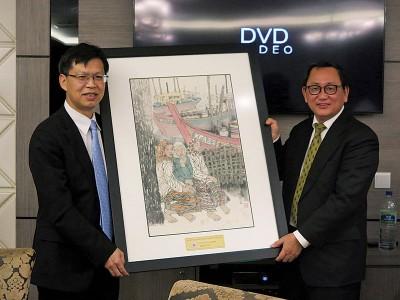锺来福(右)赠送一幅画予鲁世巍(左)。