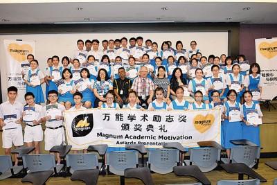 万能集团颁发65份共9千8百令吉万能爱心奖励金,表彰日新独中敬业老师及各级优秀学生。