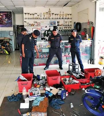 玻州陆交局执法员到改装摩托车店检查。