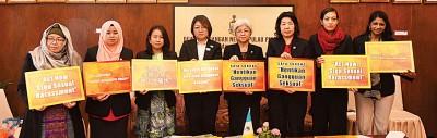 诺丽拉(左起)、玛斯达丽扎、王丽丽、林秀琴、章瑛、王美玲、瑟丽娜、浮罗兰斯呼吁尽快立法对付性骚扰。