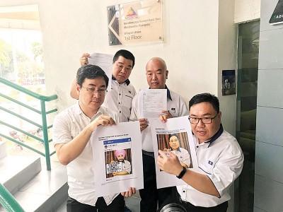 林囸锋(前左)及陈诠峰(前右)、杨元良(后左)及陈幏蓎(后右)周一上午,就照片遭窜改及污蔑拉曼大学的事项,向多媒体委员会提呈报案书。