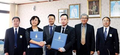 """高群(左2)及黄茁原(右3)在杨顺兴(左3)的见证下互换已完成签署的""""槟城与青海市文化旅游意向书""""。左为宋海令,右起为王磊、许廷忠。"""