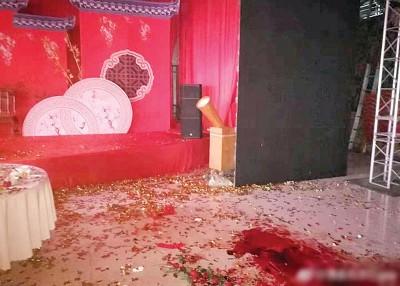 现场照片显示,婚礼现场地面有相同摊血渍。