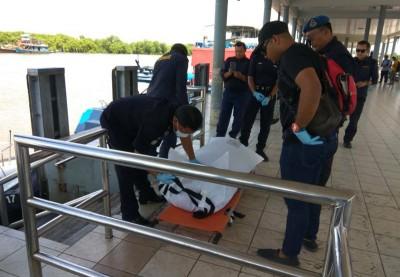 海事局人员把尸体带到吉打港口码头。