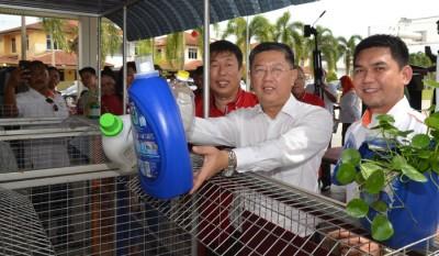 陈国耀(中)为金畔湾花园再循环环保站主持推展礼,左为傅清海及再迪(右)。